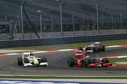 Heikki Kovalainen, McLaren Mercedes et Rubens Barrichello, Brawn GP