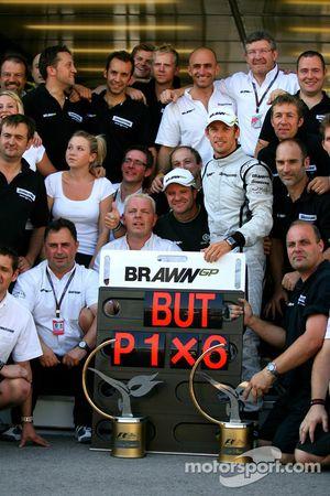 Jenson Button, Brawn GP célèbre avec son équipe