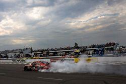 Le vainqueur Tony Stewart, Stewart-Haas Racing Chevrolet célèbre