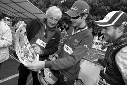 Hugues de Chaunac, Bruno Senna et Tiago Monteiro regardent une image