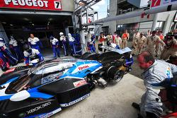 Trouble for #7 Team Peugeot Total Peugeot 908: Christian Klien, Pedro Lamy, Nicolas Minassian