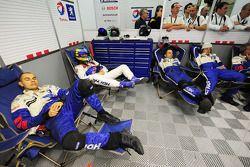 Гонщик Team Peugeot Total Себастьен Бурдэ и механики команды в ожидании пит-стопа