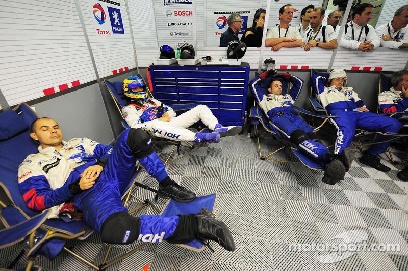 2009 год. Гонщик Team Peugeot Total Себастьен Бурдэ и механики команды в ожидании пит-стопа