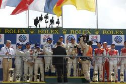 LMP1 podio: ganadores Alexander Wurz, David Brabham y Marc Gene, segundos Stéphane Sarrazin, Franck