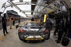 PIt stop for #92 JMW Motorsport Ferrari F430 GT: Rob Bell, Andrew Kirkaldy, Tim Sugden