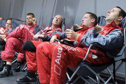 Механики Audi Sport отдыхают между пит-стопами
