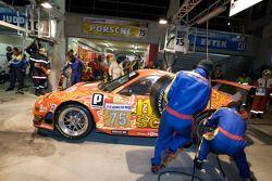 Arrêt pour la #75 Endurance Asia Team Porsche 911 GT3 RSR: Darryl O'Young, Philippe Hesnault, Plamen Kralev