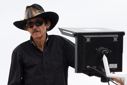 Richard Petty attend en haut de son camion