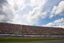 Départ: Brian Vickers, Red Bull Racing Team Toyota et Kyle Busch, Joe Gibbs Racing Toyota mènent la