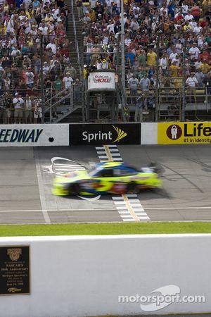 Mark Martin, Hendrick Motorsports Chevrolet, takes the checkered flag