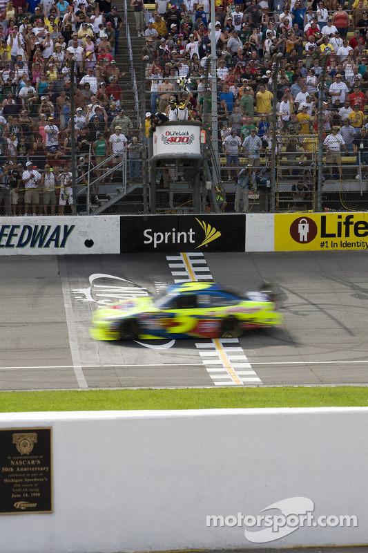 Mark Martin, Hendrick Motorsports Chevrolet, au drapeau à damiers