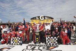 Le vainqueur Mark Martin, Hendrick Motorsports Chevrolet, célèbre sa victoire