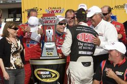 La ligne d'arrivée: le vainqueur Mark Martin, Hendrick Motorsports Chevrolet, célèbre avec Jeff Gord