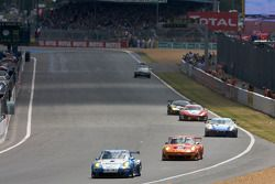 Départ: #70 IMSA Performance Matmut Porsche 911 GT3 RSR: Michel Lecourt, Horst Felbermayr Jr., Horst Felbermayr Sr., #75 Endurance Asia Team Porsche 911 GT3 RSR: Darryl 'Young, Philippe Hesnault, Plamen Kralev