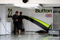 Puesta en marcha en el pitlane, y vacío garaje de Brawn GP