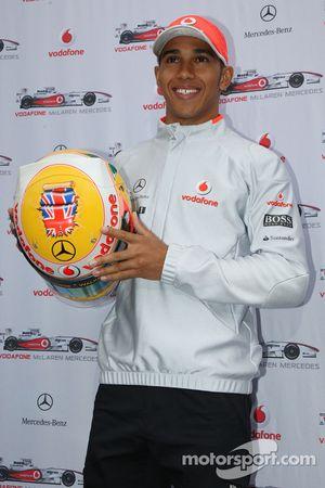 Льюис Хэмилтон, McLaren Mercedes и его шлем для Гран При Великобритании
