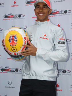 Lewis Hamilton, McLaren Mercedes ve his yeni, kask for British Grand Prix