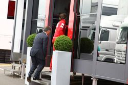 Dave Ryan camina en el motorhome de Ferrari