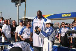 Le pilote Luczo Dragon, Raphael Matos donne au commissaire Shaquille O'Neal une leçon sur les roues d'Indy Car