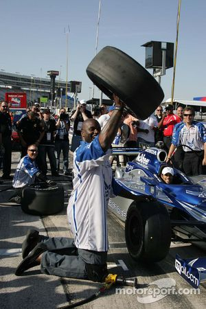 Grand Marshal Shaquille O'Neal learns to change the front tire on Raphael Matos/Luczo Dragaon Racing