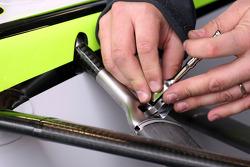 Un mécanicien travaille sur la suspension de Jenson Button, Brawn GP