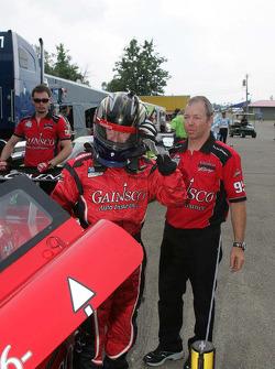 Jon Fogarty sort de la #99 GAINSCO Bob Stallings Racing Pontiac Riley après avoir remporté la pole