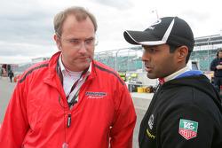 Karun Chandhok parle avec un ingénieur Bridgestone.