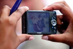 Un fan prend une photo durant la séance de signatures du GP2