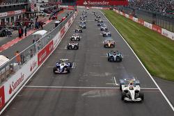 Romain Grosjean mène les débats sur la ligne de départ