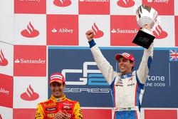 Alberto Valerio célèbre sa victoire sur le podium avec Lucas Di Grassi et Nico Hulkenberg
