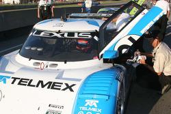 Le vainqueur Scott Pruett se prépare à sortir de la voiture