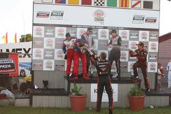 Le podium GT : les vainqueurs Leh Keen et Dirk Werner, seconde place pour Andrew Davis et Robin Lidd