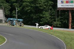 Un commissaire aide la #71 Synergy Racing Porsche GT3: Carey Grant, Kevin Grant, Milton Grant en deh
