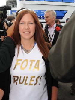 Un aficionado de FOTA con Max Mosley, FIA President