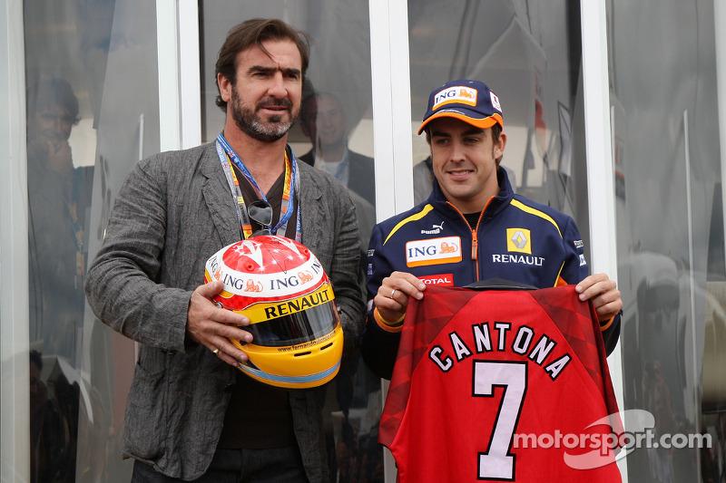 Eric Cantona, ex futbolista francés y Fernando Alonso, Renault F1 Team