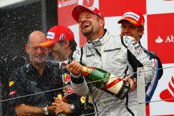 Podio: ganador de la carrera Sebastian Vettel, Red Bull Racing, tercer lugar Rubens Barrichello, Bra