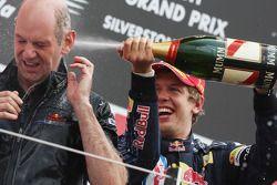 Podio: carrera ganador Sebastian Vettel, Red Bull Racing con Adrian Newey, Red Bull Racing, Director