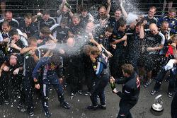 Ganador de la carrera Sebastian Vettel celebra con los miembros del equipo Red Bull Racing