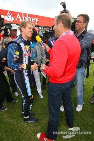 Sebastian Vettel, Red Bull Racing siendo entrevistado por Kai Ebel, RTL Televisión