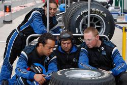 Les mécaniciens d'Ocean Racing Technology regardent la course