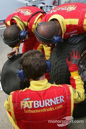 Les ingénieurs de Fat Burner Racing inspectent un pneu