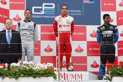 Pastor Maldonado célèbre sa victoire sur la podium avec Andreas Zuber et Karun Chandhok