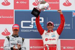 Pastor Maldonado célèbre sa victoire sur le podium avec Andreas Zuber