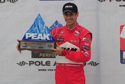 Helio Castroneves avec son trophée de la pole