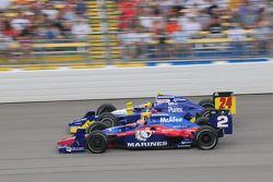 Raphael Matos, Luzco Dragon Racing et Mike Conway, Dreyer & Reinbold Racing courrent ensemble