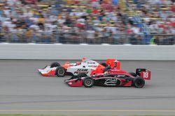 Helio Castroneves, Team Penske et Justin Wilson, Dale Coyne Racing courrent ensemble