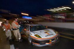 La #89 Hankook Farnbacher Ferrari F430 GT: Dominik Farnbacher, Allan Simonsen, Christian Montanari poussée sur la ligne