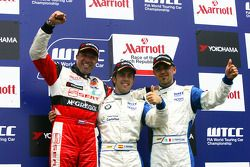 Podium de la course 1, Tom Coronel, Sunred Engineering, Felix Porteiro, Scuderia Proteam Motorsport