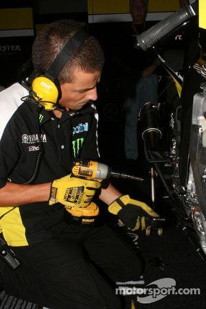 Miembro del equipo Monster Yamaha Tech 3 en el trabajo