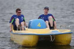 Jari-Matti Latvala et Miikka Anttila changent des chevaux aux pédales, dans la course de pédalos.